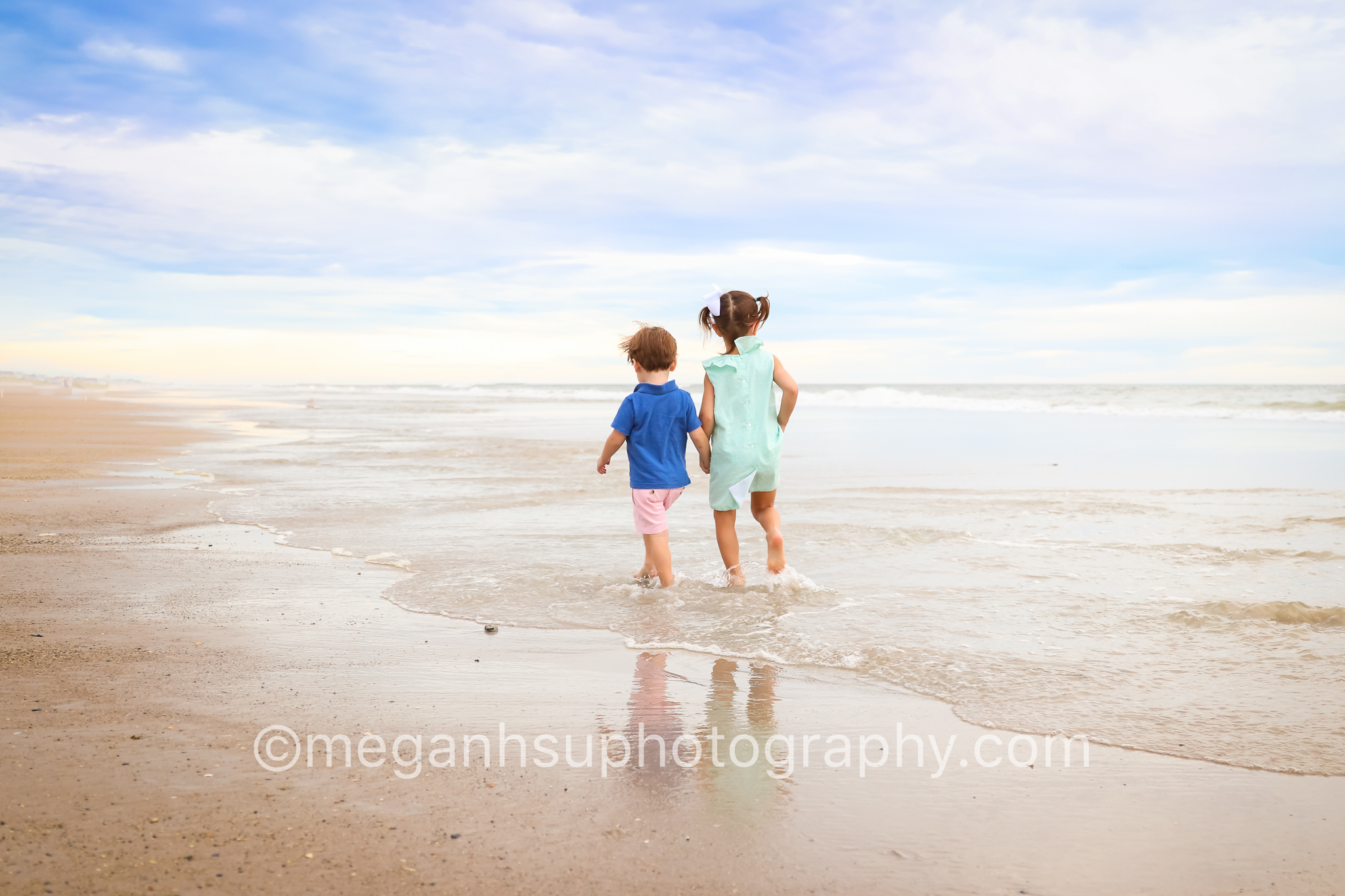 topsail-beach-photographer-photography-kids-brother-sister-walking-on-beach